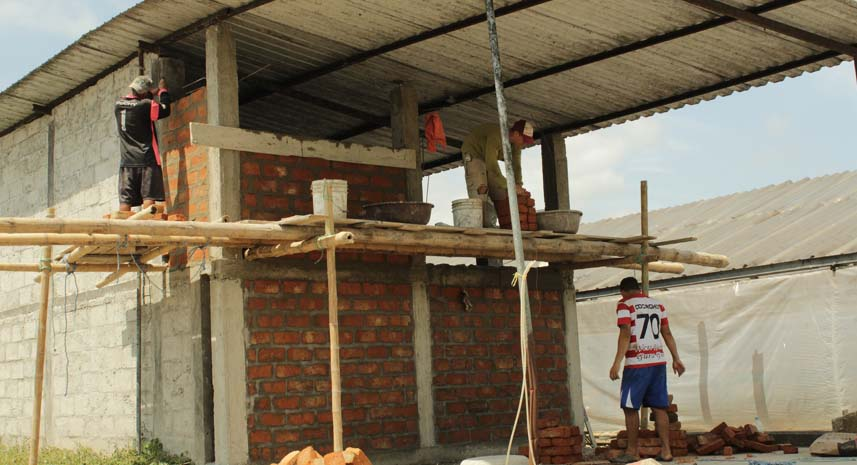 Crews rebuild the cacao storage center in Calceta as part of the reconstruction projects in the Manabí province.